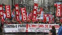 Eine Demonstration gegen Arbeitslosigkeit, Sozialabbau und die Sparpolitik der EU in Vigo, Nordwest-Spanien, März 2013.