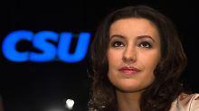 Dorothee Bär im Bayern-Dress: CSU-Abgeordnete im Trikot empört Linken