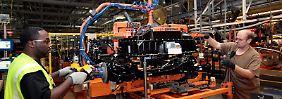 """Industrieproduktion in den USA: Ein """"Ford Focus Electric"""" bekommt seine Batterie."""