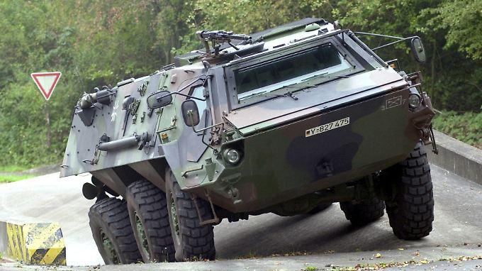 """Ein Spürpanzer vom Typ """"Fuchs"""" - Rheinmetall kämpft mit einem schwachen Rüstungsgeschäft."""