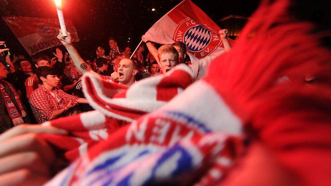 """""""Mia san boarisch"""": Fans des FC Bayern feiern den Einzug ins Finale der europäischen Königsklasse."""