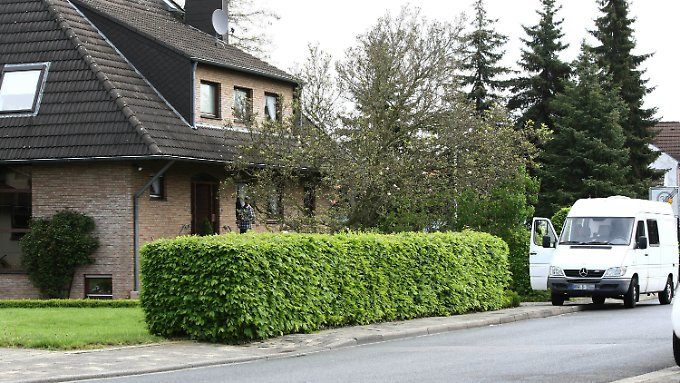 Ein Fahrzeug der Spurensicherung der Polizei steht vor einem der Häuser in Langerwehe.
