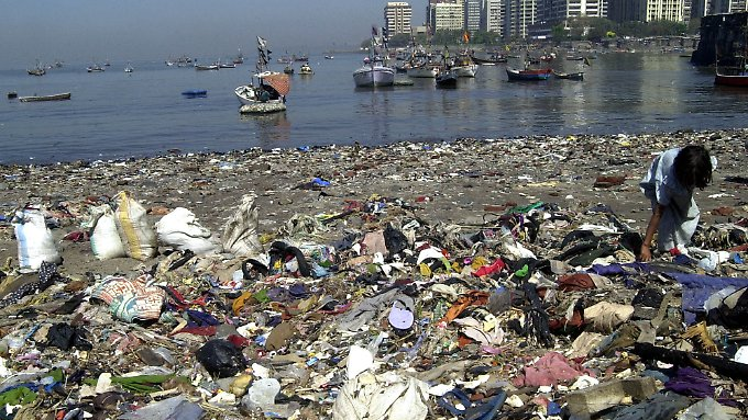 Jedes Jahr landen rund 6,4 Millionen Tonnen Plastikmüll in den Ozeanen. Nur ein Teil wird an die Strände gespült. Der große Rest sammelt sich in riesigen Strudeln in den Weltmeeren.
