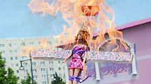 Ein Konsumtempel ganz in Rosa: Nackt-Protest gegen Barbie-Haus