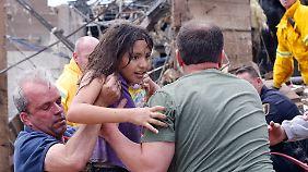 Unter den Opfern sind mindestens sieben Kinder. 75 Schüler befanden sich in einer Schule, die der Tornado zerstörte. Dieses Mädchen hat überlebt.
