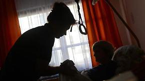 Die private Pflegeversicherung muss das elektrische Pflegebett zahlen, urteilten die Richter. Denn es diene dazu, die Pflege zu erleichtern und die Beschwerden zu lindern. Foto: Jens Kalaene/Illustration
