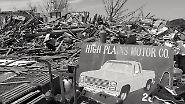 Eine Werbetafel und ein bisschen Hab und Gut, das unbeschädigt zwischen all den Trümmern aufgereiht ist… - mehr ist hier nicht mehr zu gebrauchen. Die Rettungskräfte haben jedes Haus in den letzten Tag drei Mal durchsucht, um wirklich sicher zu gehen, dass sich keine Menschen mehr unter den Trümmern befinden.