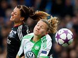 Wolfsburgs Josephine Henning (r.) im Zweikampf mit Lotta Schelin.