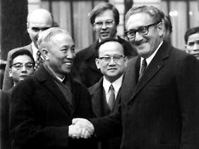 Henry Kissinger und der vietnamesische Delegationsleiter Le Duc Tho nach den Friedensverhandlungen in Paris im Jahr 1973.