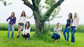 Diese jungen Frauen posieren für den Jungbäuerinnenkalender 2014.