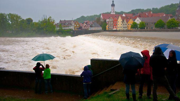 Das historische vierstufige Altstadtwehr in Landsberg am Lech, normalerweise ein idyllisches Fotomotiv, gleicht einem tosenden Wasserfall.