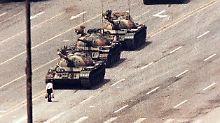 """Das Foto des """"Tank Man"""", der in eine Geste zivilen Ungehorsams die Weiterfahrt der Panzer blockiert, ging damals um die Welt."""