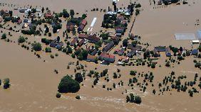 Die Elbe verschluckt den Dresdner Stadtteil Gohlis. Im weiteren Verlauf des Flusses hoffen Anwohner, sich noch schützen zu können.