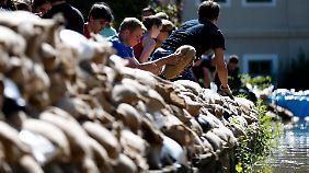 Riesige Hilfsbereitschaft: Vor allem junge Leute bauen mit an den Dämmen für Dresden.