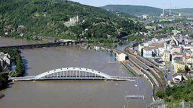In Usti in Tschechien steht das Wasser teilweise bis in den zweiten Stock der Häuser. Die Elbbrücke scheint auf dem Hochwasser zu schwimmen.