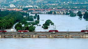 Höher darf die Elbe bei Dresden nicht mehr steigen, sonst versinken selbst die Brücken.