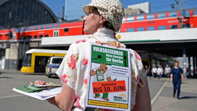 Am Berliner Alexanderplatz sammeln die Stromrebellen Unterschriften.