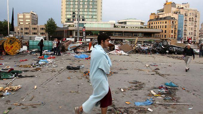 Am Morgen nach dem Polizeieinsatz sind die Spuren auf dem Taksim-Platz noch zu sehen.