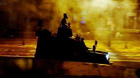 Ein türkischer Polizeioffizier fährt durch Istanbul.