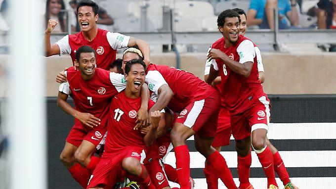 Die tahitianischen Spieler feierten ihren Anschlusstreffer wie den WM-Sieg.