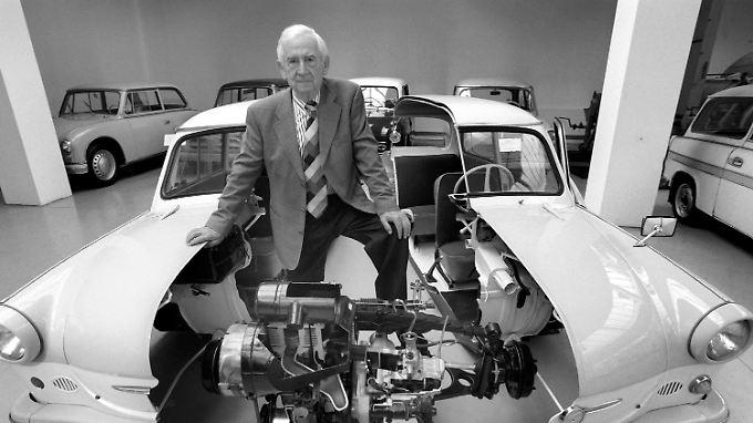 Werner Lang im Jahr 1997 zwischen einem Schnitt-Modell eines 500er Trabants.