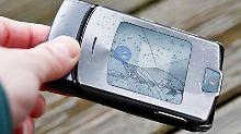 Das Handy absichtlich ins Wasser fallen lassen, ist ein Versicherungsbetrug. Versicher haben bemerkt, dass es zum Marktstart neuer Smartphones mehr Schadensmeldungen bei Handys gibt.