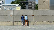 Hier stehen noch Reste der Berliner Mauer, die die Stadt jahrzehntelang trennte.