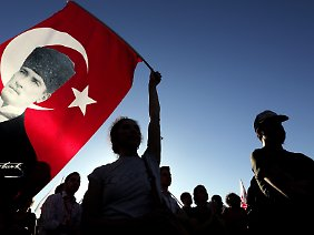 Die Demonstration, zu der das Protestbündnis Solidarität Taksim aufgerufen hatte, löste sich am späteren Abend ohne Zwischenfälle auf.