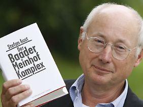 """Stefan Aust war von 1994 bis 2008 Chefredakteur des """"Spiegel"""". Sein Buch """"Der Baader Meinhof Komplex"""" gilt als Standardwerk zur Geschichte der RAF und wurde 2009 sogar verfilmt."""