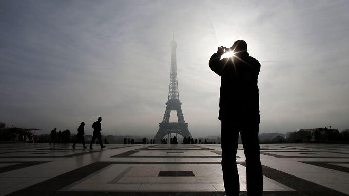 Die EU-Kommission dürfte auf die Sparpläne der französischen Regierung genauer schauen. Gilt es doch das Haushaltsdefizit deutlich zu drücken, damit die zweitgrößte Volkswirtschaft der Eurozone die Maastricht-Kriterien wieder erfüllt.
