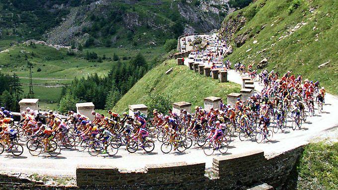 Das Peloton auf dem Weg von Sestriere nach Alpe d'Huez: Zum Massensprint wird es dort nie kommen.