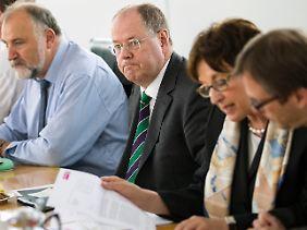 Peer Steinbrück spielt schon einmal Kanzler. Allerdings steht er bislang nur einem Schattenkabinett vor.