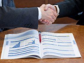 Vor dem Abschluss eines Vertrages sollten sich Verbraucher genau informieren.