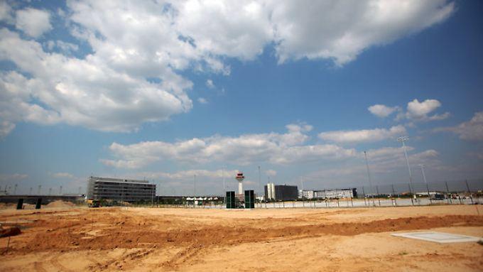 Ein Blick auf eine Baustelle im Flughafen-Bereich Cargo-City Süd.