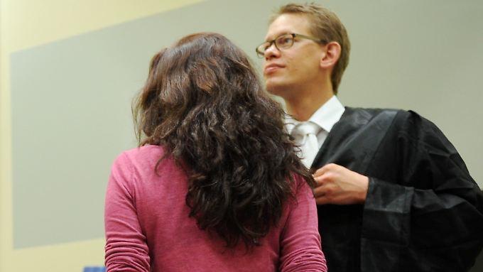 Beate Zschäpe kehrt den Fotografen den Rücken zu - auch Bilder vom Tatort des ersten NSU-Mordes wollte sie nicht sehen.