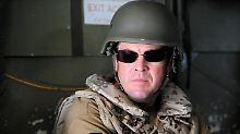 Verteidigungsminister zu Guttenberg vor wenigen Tagen auf dem Flug in das Feldlager der Bundeswehr in Kundus.