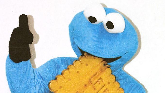 Als Krümelmonster verkleidet posiert ein Täter mit dem Keks.