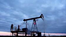 Unverkennbar sind die Protagonistinnen auf einem Ölfeld unterwegs.