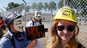 """Nahe Griesheim protestieren Menschen vor dem sogenannten """"Dagger Complex"""" gegen die Überwachung durch die NSA."""