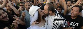 Hochzeit zwischen Wasserwerfern: Polizei jagt Demonstranten vom Taksim-Platz
