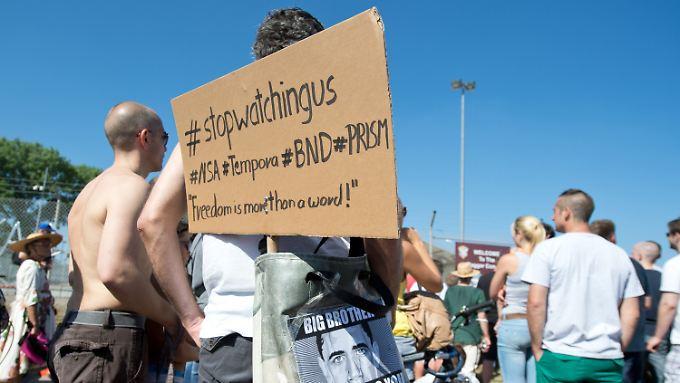 In Griesheim bei Darmstadt demonstrieren Deutsche vor dem streng abgeschirmten Dagger Complex der US-Streitkräfte.