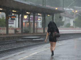 Das Wetter und die Bahn: Aufgrund einer Hochwassersperrung bei Stendal musste die Bahn sogar ihren Fahrplan ändern.