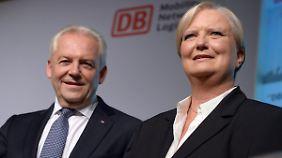 Bahn-Chef Rüdiger Grube (l.) stellt die neue Technikchefin Heike Hanagarth vor.