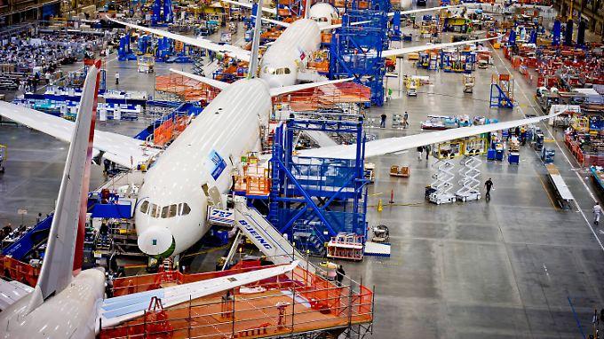 Flugzeuge vom Typ Dreamliner bei der Montage in der Boeing-Werft in Everett