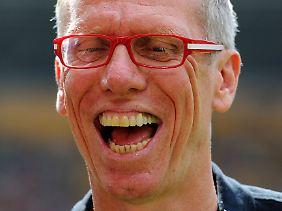 Mit roter-weißer Brille ins Derby: FC-Trainer Peter Stöger.