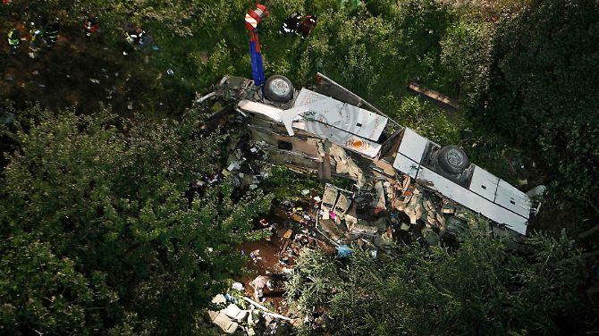 Reisebus stürzt von Autobahnbrücke in Italien: Dutzende Menschen sterben im Abgrund