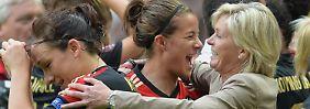 """Ich bin total froh und glücklich, dass wir es mit diesem jungen Team geschafft haben"""": Bundestrainerin Silvia Neid feiert mit Lena Lotzen."""
