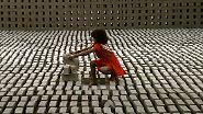 In absoluten Zahlen gibt es die meisten Kinderarbeiter in Asien - dort sind es rund 174 Millionen. Manche davon, wie dieses Mädchen, in Ziegelfabriken.