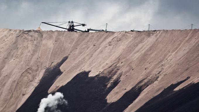 """Der Abraum aus dem Kalibergbau Rande des Ortes Neuhof bei Fulda: Die etwa 120 Meter hohe Halde, im Volksmund auch """"Monte Kali"""" genannt, besteht vorwiegend aus Natriumchlorid und Calciumsulfat."""