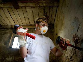 Die Bewohner leben auf: Patrik ist begeistert von der Arbeit mit Hammer und Meißel.